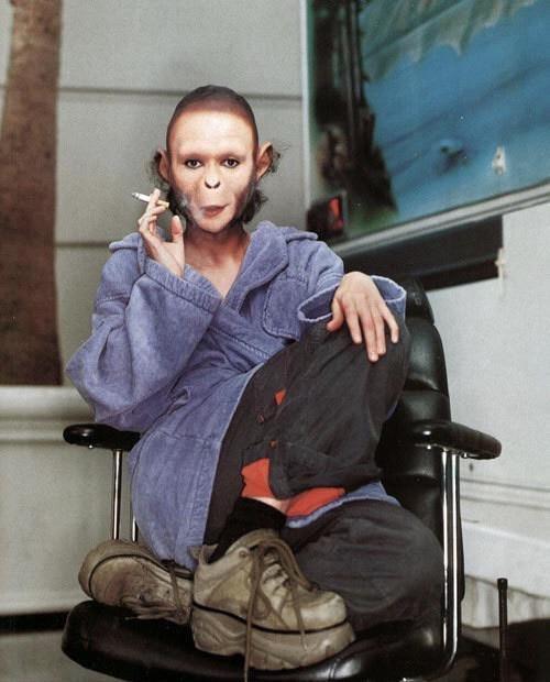 Хелена Бонэм Картер на перекуре в съёмках «Планеты обезьян»