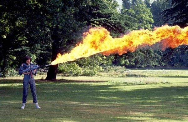 Сигурни Уивер тестирует огнемёт для «Чужого»