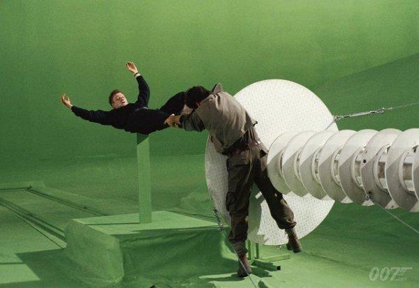 Пирс Броснан и Шон Бин на съёмках «Золотого глаза» — 17-го фильма Бондианы