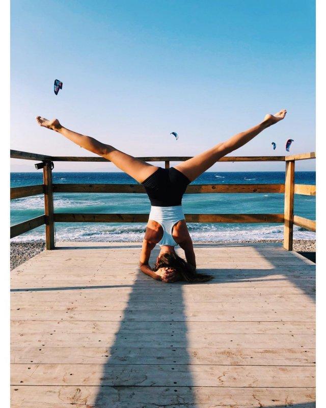 Лейсан Галимова занимается спортом на пляже