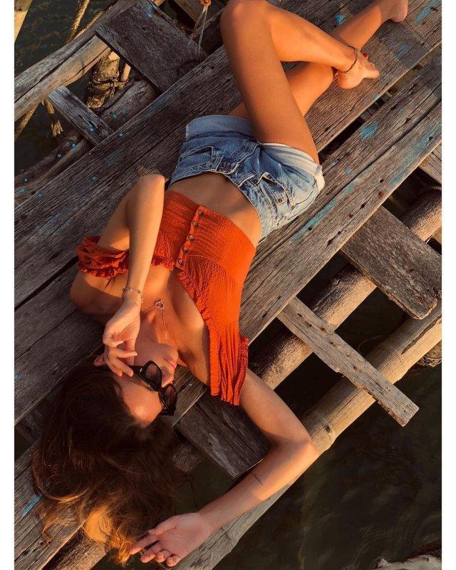 Лейсан Галимова в оранжевой кофте и джинсах