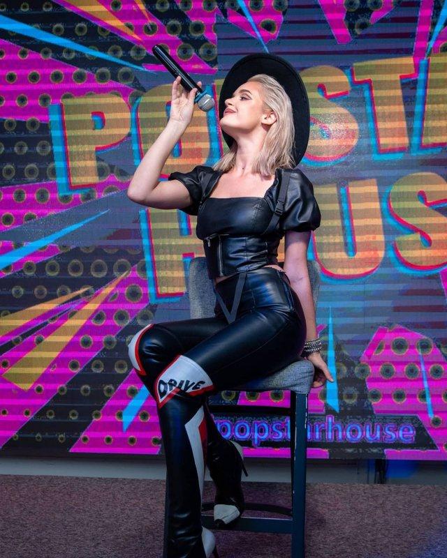 Дочь певицы Славы Александра Морозова в черной одежде и шляпе