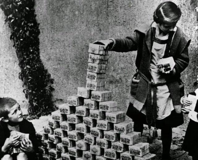 Дети играют пачками денег в период гиперинфляции., 1922 год