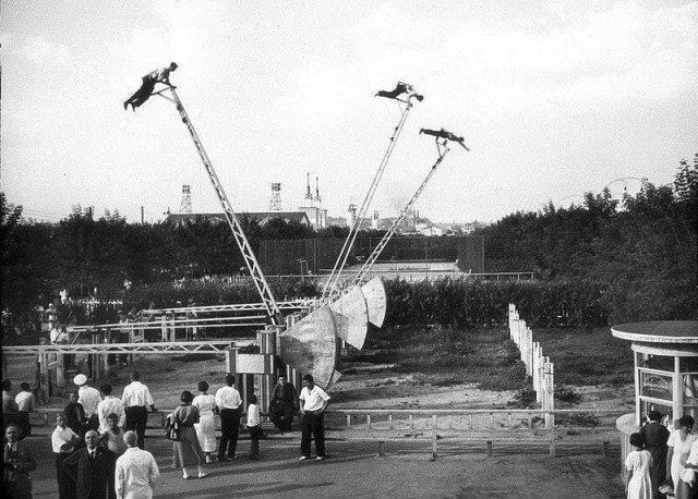 Аттракцион «Летающие люди». Парк Горького, 1937 год