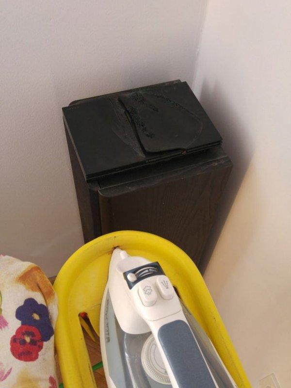 Старый PlayStation как подставка для утюга... какая ужасная судьба