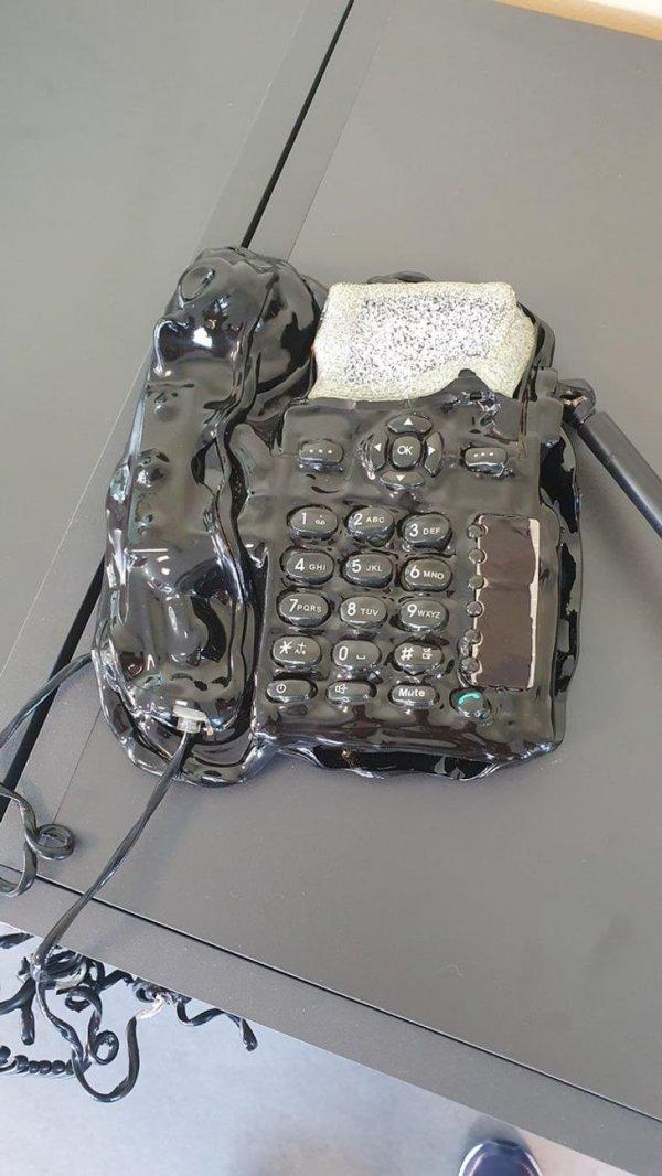 расплавленный телефон