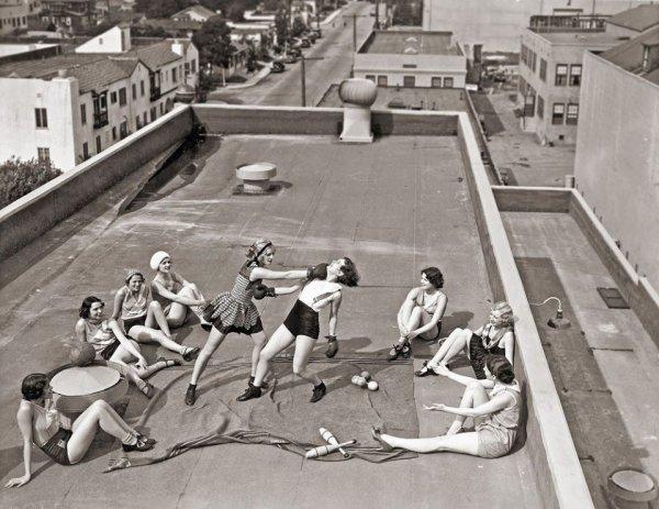 Девушки занимаются боксом на крыше дома, 1938 год