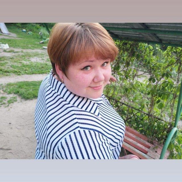 Евгения Романова - повар из Новосибирска в полосатой рубашке