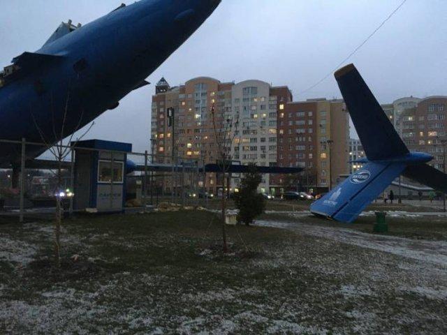 Разломанный самолет во дворе