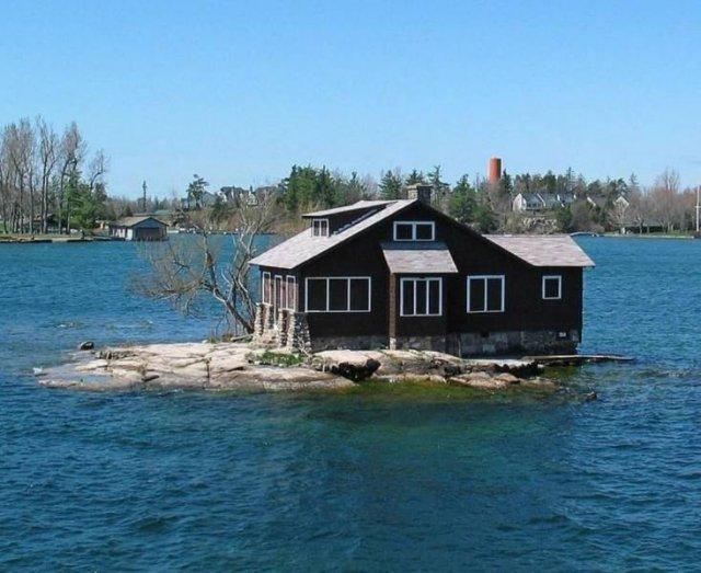 Дом на острове на озере