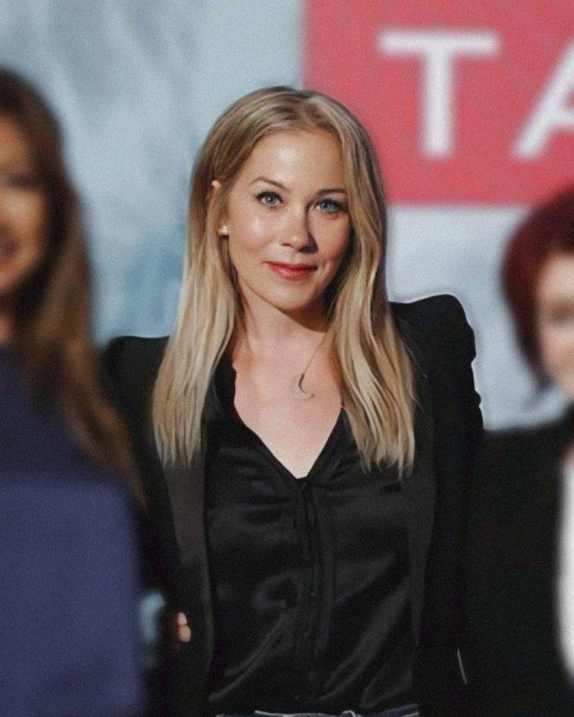 Кристина Эпплгейт и черное платье