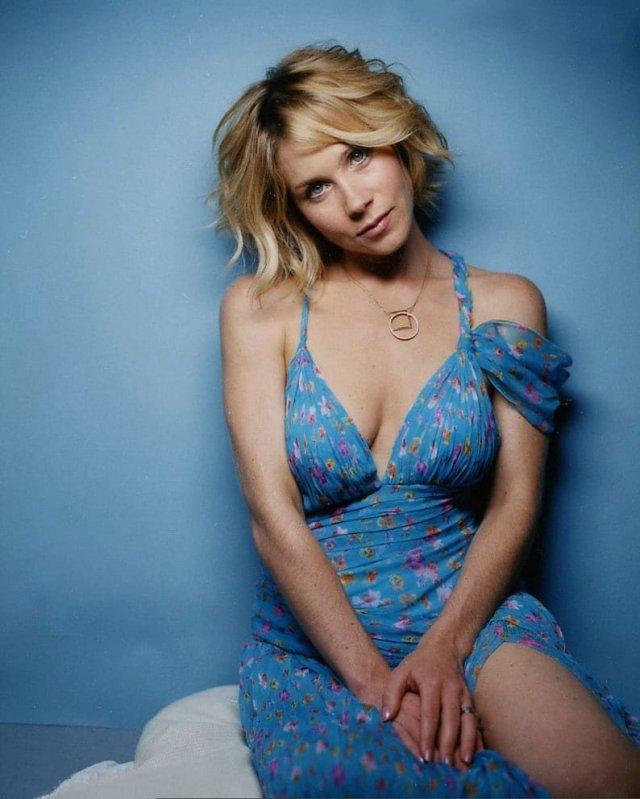 Кристина Эпплгейт в синем платье