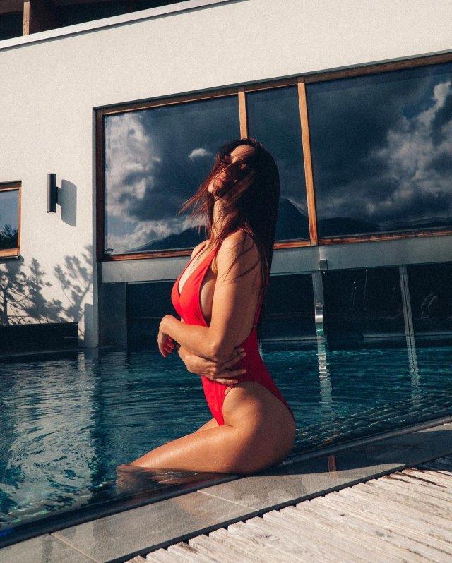 Мэри Шум в красном купальнике