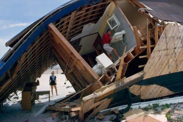 Пара осматривает свой дом на пляже, разрушенный штормом, Южная Каролина, март 1952 года.