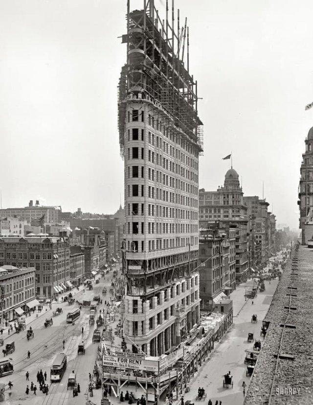 """Строительство известного """"дома-утюга"""", одного из архитектурных символов Нью-Йорка, 1902 г."""