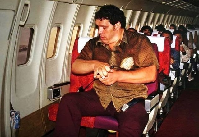 Рестлер и актер Андре Гигант пытается пристегнуться в самолете, 1980-е