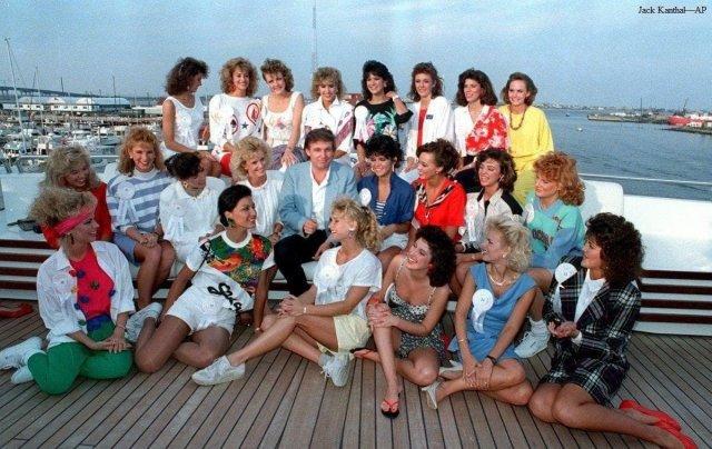 Дональд Трамп с конкурсантками Мисс Штат отдыхает на борту своей яхты в Атлантик-Сити, Нью-Джерси, 1988 г.