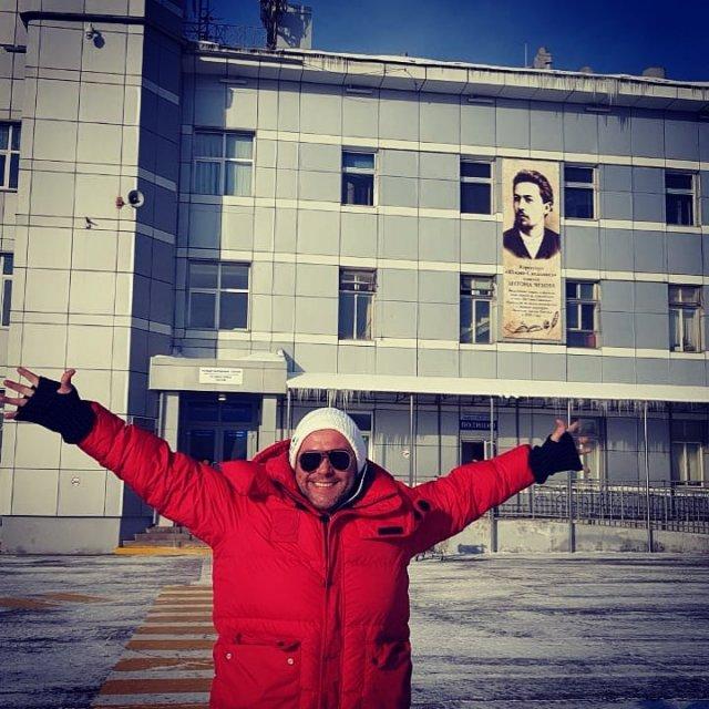 Максим Аверин в красной куртке