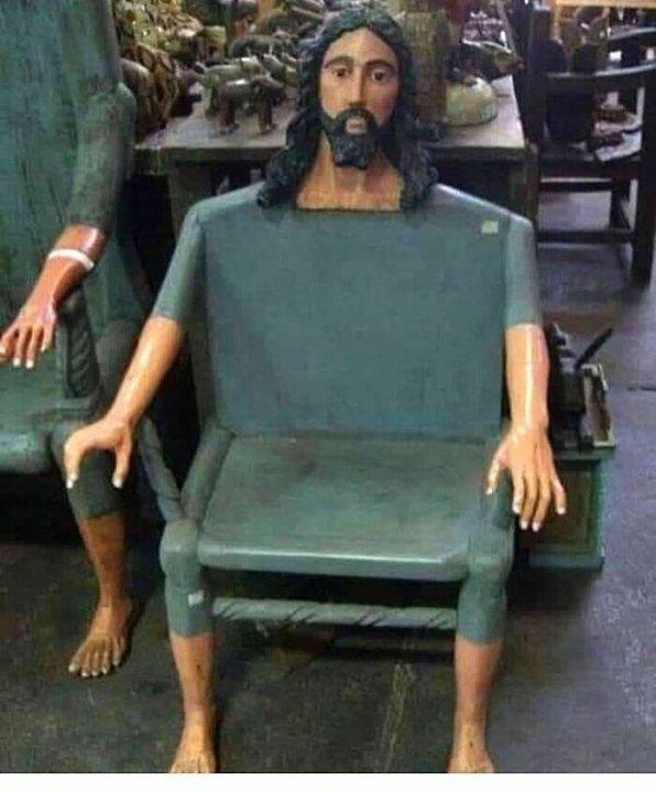 стул в форме Иисуса