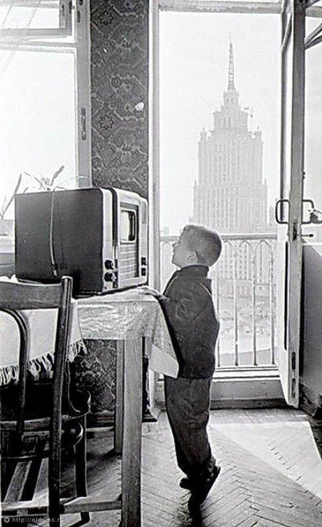 Мaленький москвич смотрит телевизор... СССР. 1950-е.