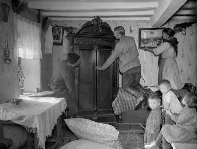 Нoвоceлье бывшeго бaтрака. Его семья вселяется в дом рacкулаченного кулaка, 1929 год.