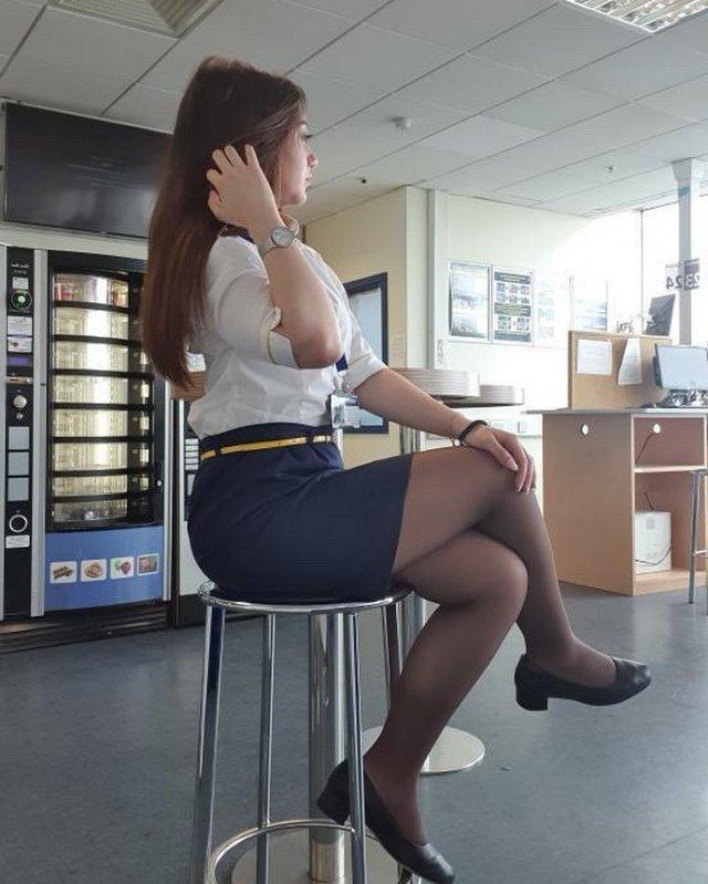 Стюардесса на стуле