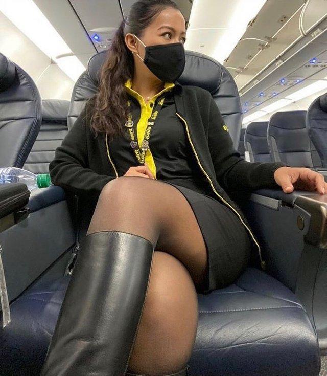 Стюардесса в самолете в маске