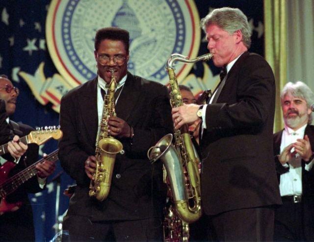 Билл Клинтон (42 президент США с 1993 по 2001 год) играет на саксофоне.