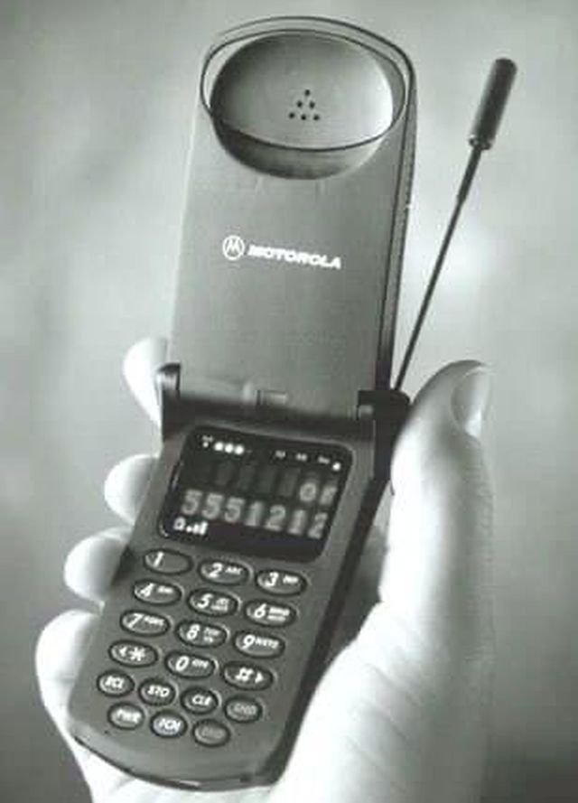 Motorola StarTAC, первый мобильный телефон-раскладушка был выпущен в 1996 году.