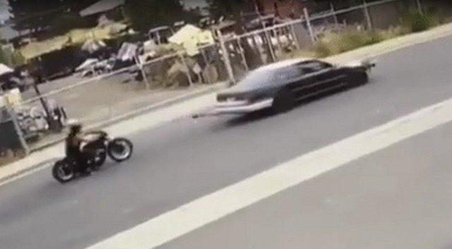 Автомобиль тянет мотоциклиста