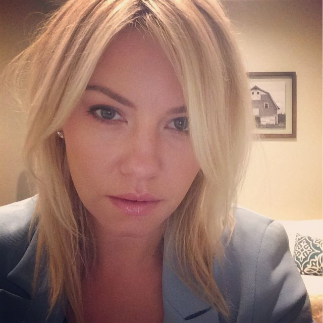 Элиша Катберт в синем костюме