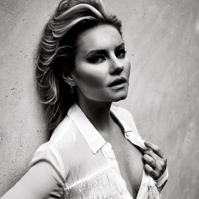 Элиша Катберт в белой рубашке