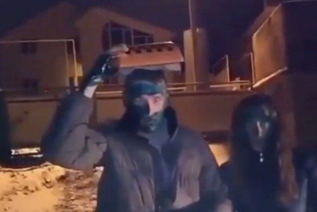 Таксисты из Ульяновска заставили парня и девушку измазаться зеленкой