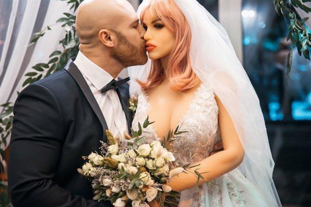 бодибилдер Юрий Толочко с третьей попытки женился на кукле для взрослых