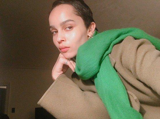 Зои Кравиц в пальто и зеленом шарфе