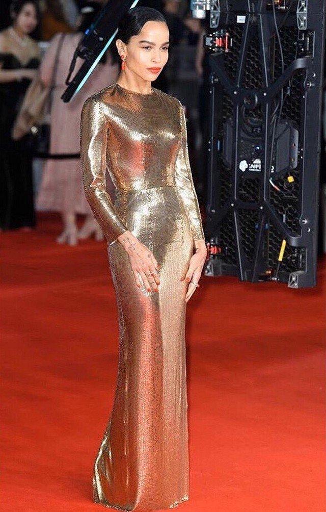 Зои Кравиц в золотом платье