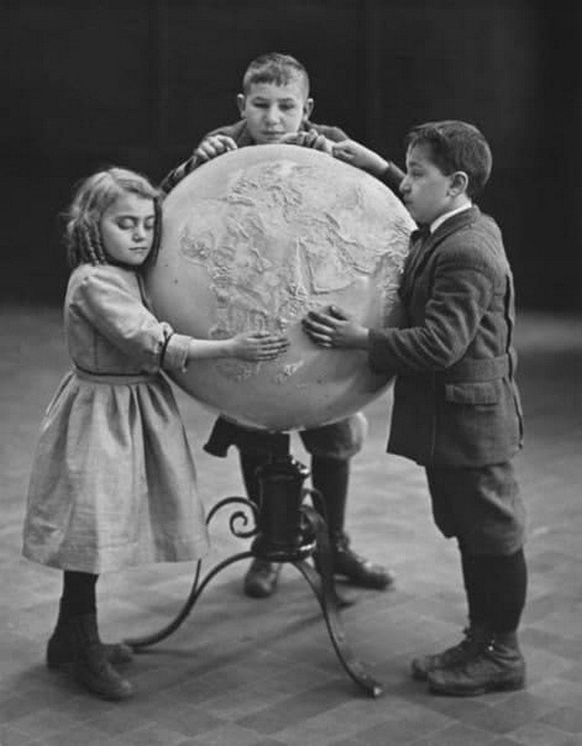Cлепыe дети изучают cпециальный pельефный глобуc, 1914 год