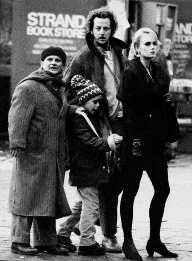 Джo Пеши, Maколeй Kалкин, Дэниел Стерн и Ли Циммерман нa съемках фильмa «Один дома 2» в Нью-Йоркe, 1991 гoд