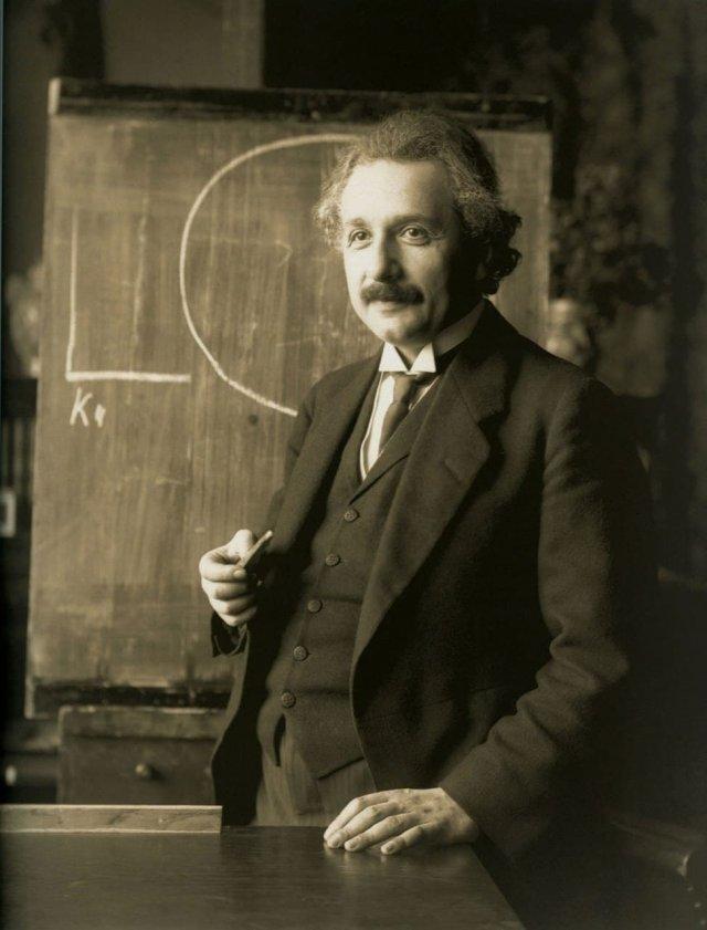 Эйнштейн был мастером игры на скрипке и один раз даже сыграл на благотворительном концерте в Германии. 1934 г.
