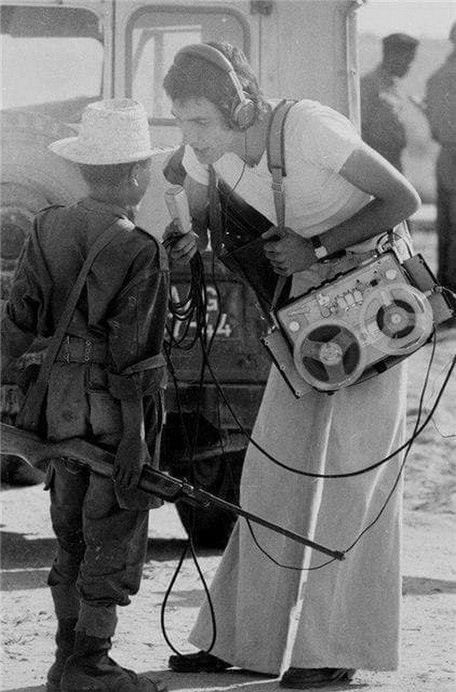 Журналист берет интервью у 14-летнего солдата. Ангола, февраль 1976 года.