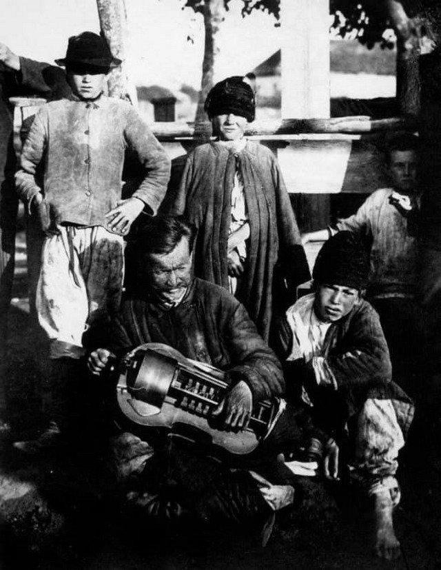 Слепой лирник и мальчик поводырь пытаются заработать, Полтавщина, 1910 год.