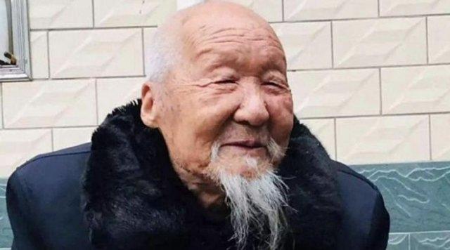 «Курение и алкоголь — добро или зло?»: 100-летний китаец рассказал о своем секрете долголетия