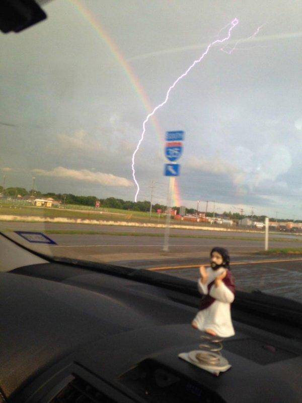 Что будет, если в момент, когда фотографируешь радугу, ударит молния