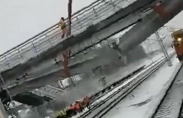 Развалился наш пролет: видео обрушения пешеходного моста в Химках попал на видео