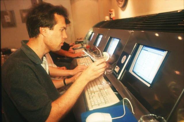 В интернет-кафе, Москва, 1997 год