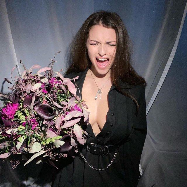 Маргарита Коновалова из Pussy Riot в кофте с цветами