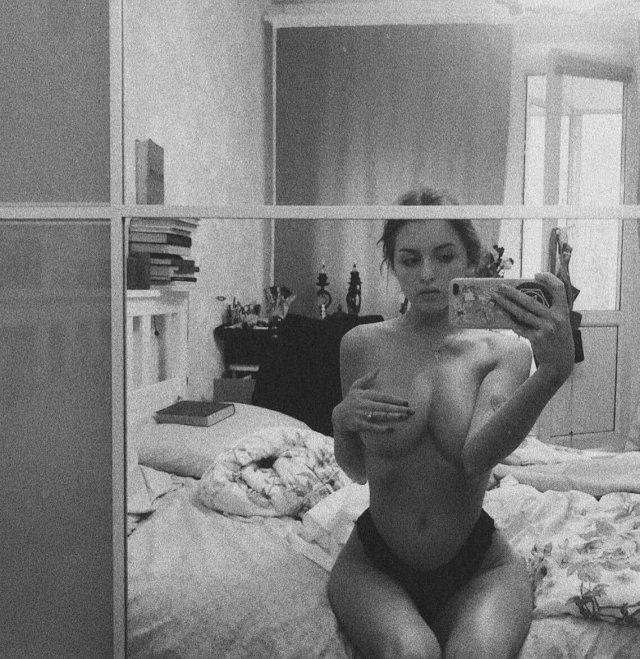 Маргарита Коновалова из Pussy Riot прикрывает грудь и делает селфи