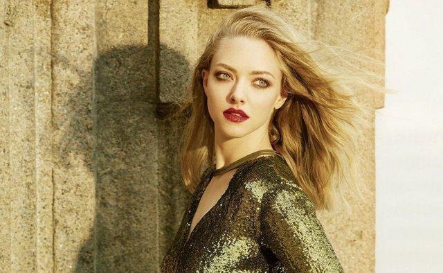 Аманда Сейфрид в золотом платье