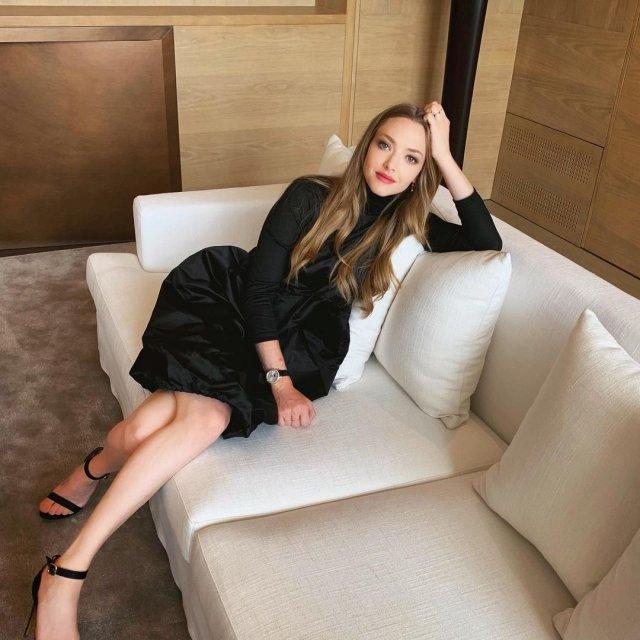 Аманда Сейфрид в черном платье