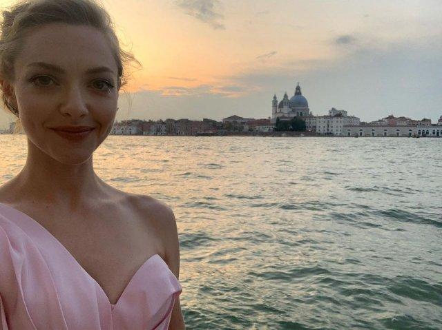 Аманда Сейфрид в розовом платье